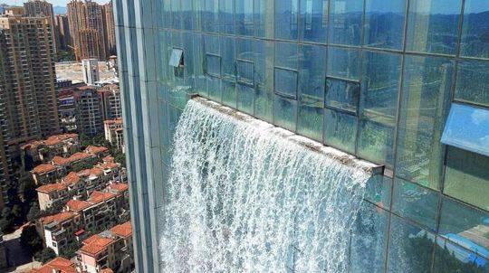 中东幕墙追寻科技改变-写字楼玻璃幕墙工程惊现人造瀑布